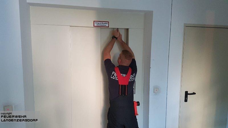 Einsatzfoto Person in Aufzug