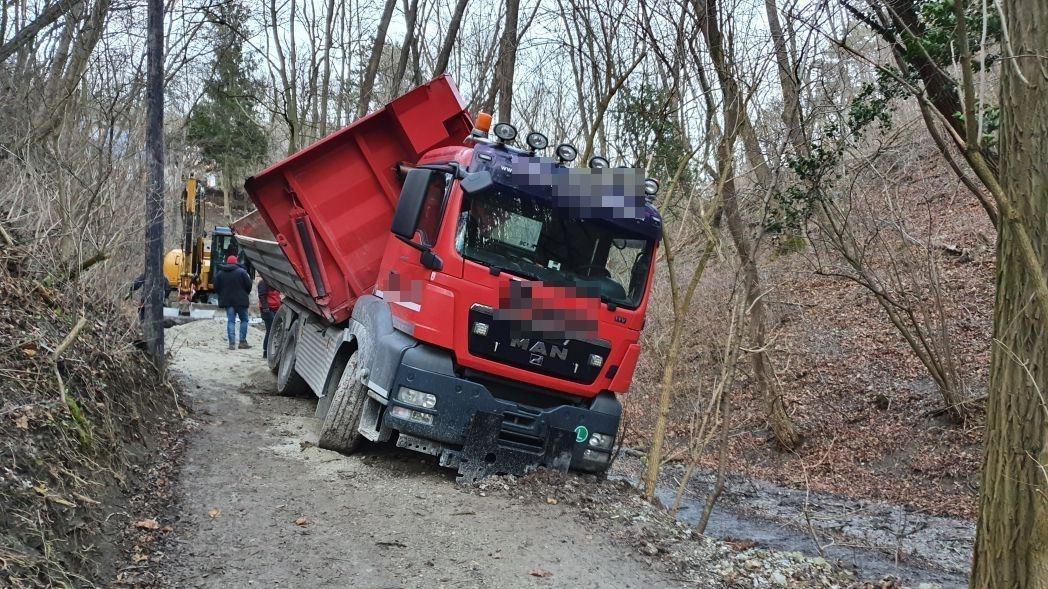 Einsatzfoto LKW- Bergung im Waldgebiet